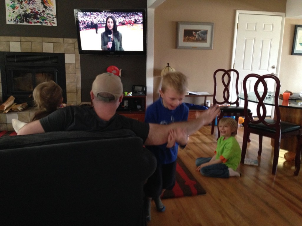 As you can see,  I don't even need to break my gaze from the TV and the kids are having fun.